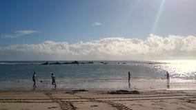 踢在Morro de圣保罗海滩的人们足球 影视素材