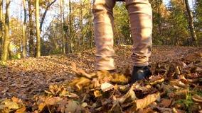 踢投掷叶子的女孩 影视素材