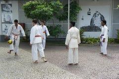 踢橄榄球的修士在里约 库存照片