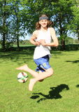 踢橄榄球的少年 免版税库存图片