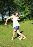 踢橄榄球的少年 库存图片