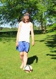踢橄榄球的少年 库存照片