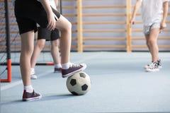 踢橄榄球的男孩特写镜头  免版税库存照片