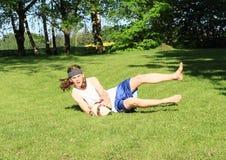 踢橄榄球-守门员的少年 库存图片