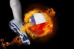 踢火焰状辣椒球的足球运动员 库存照片