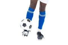 踢球的蓝色袜子的足球运动员 库存图片