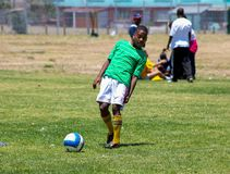 踢足球橄榄球的不同的孩子在学校 免版税图库摄影