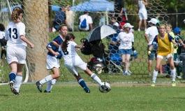 踢足球的女孩 免版税库存照片