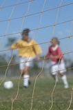 踢足球的女孩 免版税库存图片