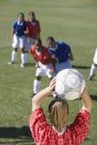 踢足球的女性球员 库存照片