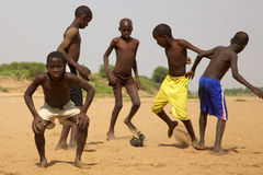 踢足球的孩子在圣路易 免版税图库摄影