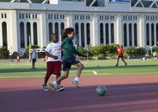 踢足球的孩子 免版税库存照片