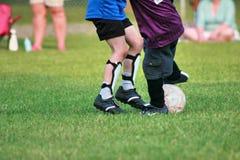 踢足球的比赛 免版税库存图片
