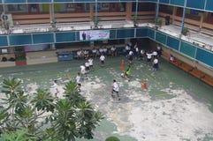 踢足球的泰国孩子 免版税库存照片