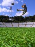踢足球的男孩 免版税库存照片