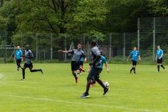 踢足球的难民 库存照片