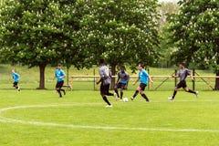 踢足球的难民 库存图片