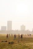 踢足球,加尔各答,印度的男孩 库存图片