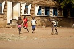踢足球,南苏丹的男孩 免版税库存图片