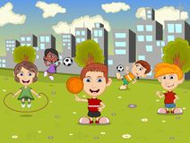 踢跳绳、篮球和足球的小孩在城市停放动画片 库存图片