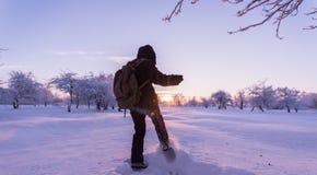 踢雪的女孩 33c 1月横向俄国温度ural冬天 日落 图库摄影