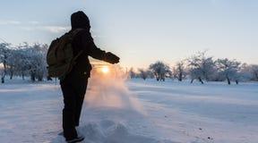 踢雪的女孩 33c 1月横向俄国温度ural冬天 日落 免版税库存照片