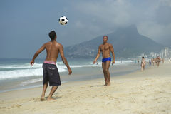 踢Altinho海滩橄榄球里约热内卢巴西的巴西人 免版税图库摄影