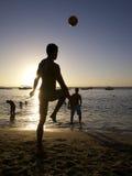 踢Altinho Futebol海滩橄榄球的巴西人 免版税图库摄影