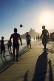 踢Altinho Futebol海滩橄榄球的Carioca巴西人 库存照片