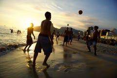 踢Altinho Futebol海滩橄榄球的Carioca巴西人 免版税库存照片