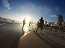 踢Altinho Futebol海滩橄榄球的Carioca巴西人 免版税库存图片