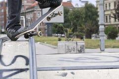 踩滑板在冰鞋公园的男孩 免版税库存照片
