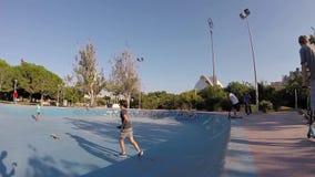 踩滑板在巴伦西亚Skatepark碗的孩子 股票视频
