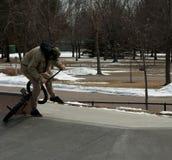 踩滑板在自行车 图库摄影