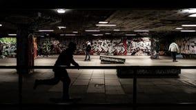 踩滑板在skatepark,黑阴影 图库摄影