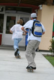 踩滑板的学校 免版税库存照片
