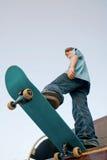 踩滑板的少年 图库摄影