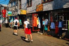 踩滑板通过一个小镇 免版税库存照片