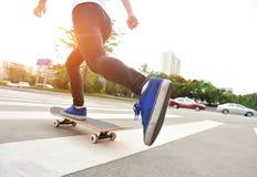 踩滑板在城市 免版税库存照片