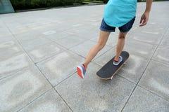 踩滑板在城市 库存图片