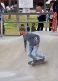 踩滑板在威尼斯海滩 库存图片