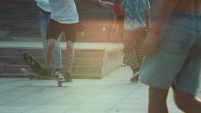 踩滑板在日落的城市 影视素材