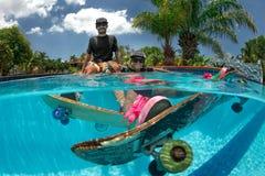 踩滑板在游泳池 免版税库存照片