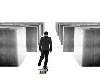 踩滑板在金钱滑板通过迷宫 库存照片