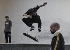 踩滑板在巴塞罗那的男孩 免版税库存照片
