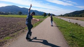 踩滑板在黑森林 库存图片
