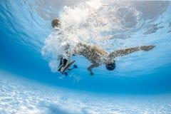 踩滑板在水面下 免版税库存图片