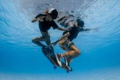 踩滑板在水面下 库存图片
