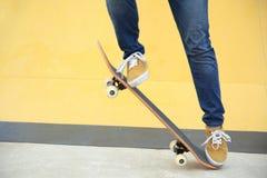 踩滑板在skatepark 免版税库存图片