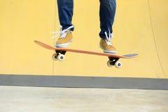 踩滑板在skatepark 免版税图库摄影